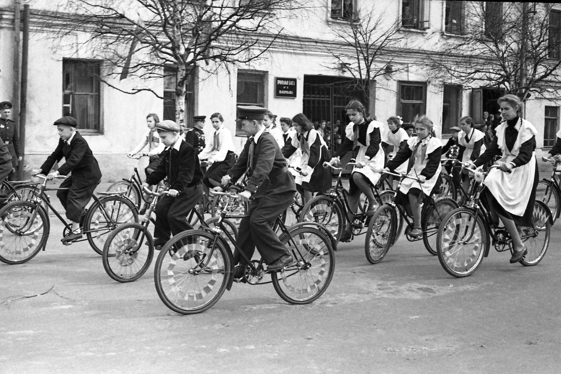 Культура велосипедной езды в СССР подтверждалась умением ровно проехать перед трибуной