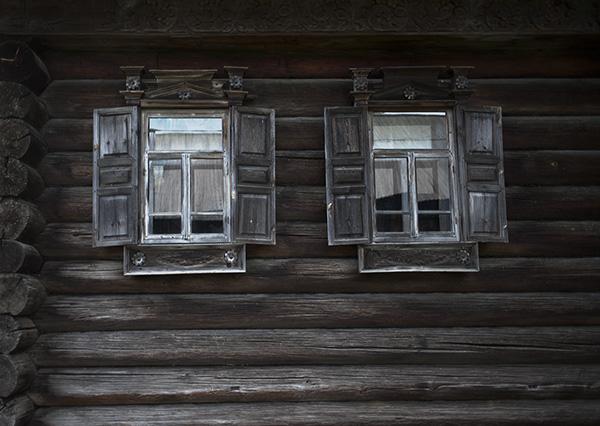 Деревянные окна и ставни на доме Серова