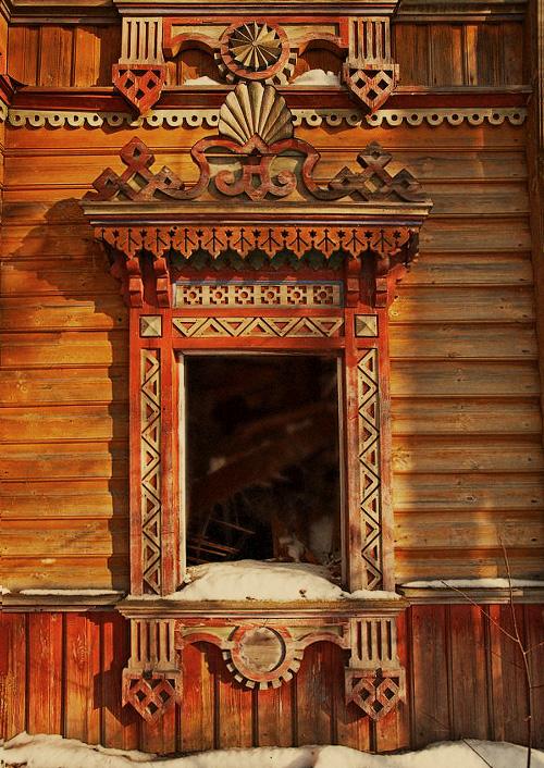 Деревянные окна и резные наличники