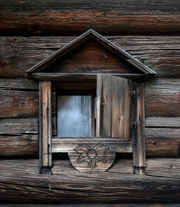 Живя рядом с лесом человек своё жилище мастерил из древесины.