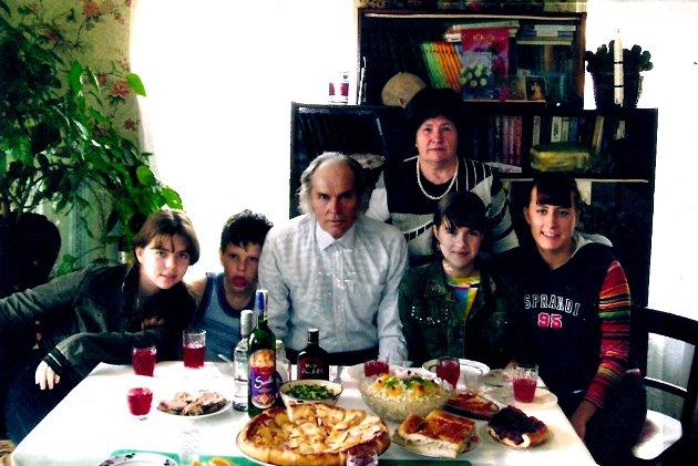 Супруги Шаровы среди внучат