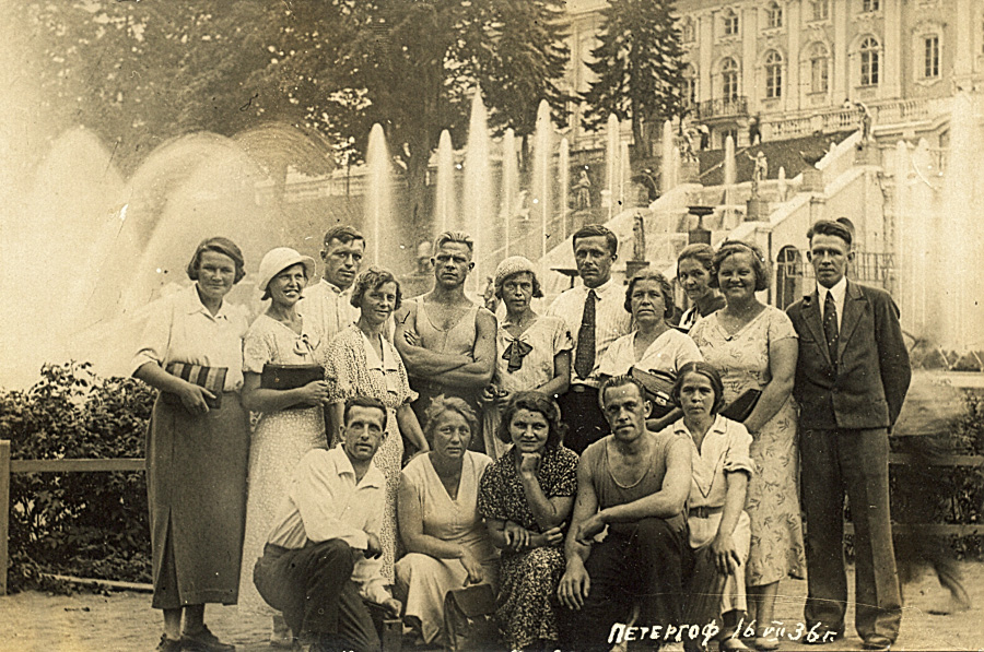 А.М. Иорданский (в центре, в галстуке) с группой учителей Кинешемского района на экскурсии в Петергофе.