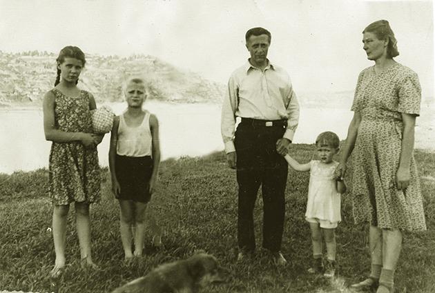 А.М. Иорданский с семьёй на берегу реки Белой. На заднем плане – Уфа. 1950 г.