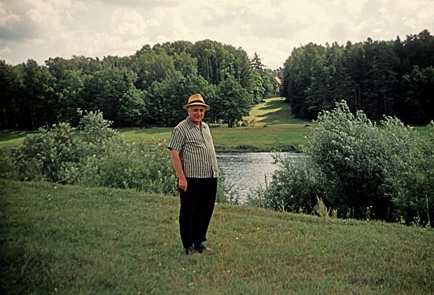 Анатолий Михайлович на отдыхе (на берегу Клязьмы). 1973 г.
