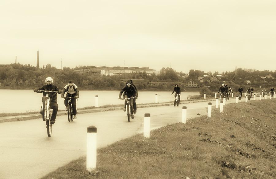 Дамба вдоль устья реки Костромы удобна для велосипедных прогулок