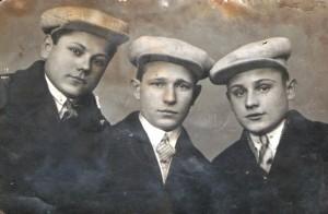 Братья Тимофеевы, в центре Иван Анисимов. фото из личного архива Г.И.Буториной