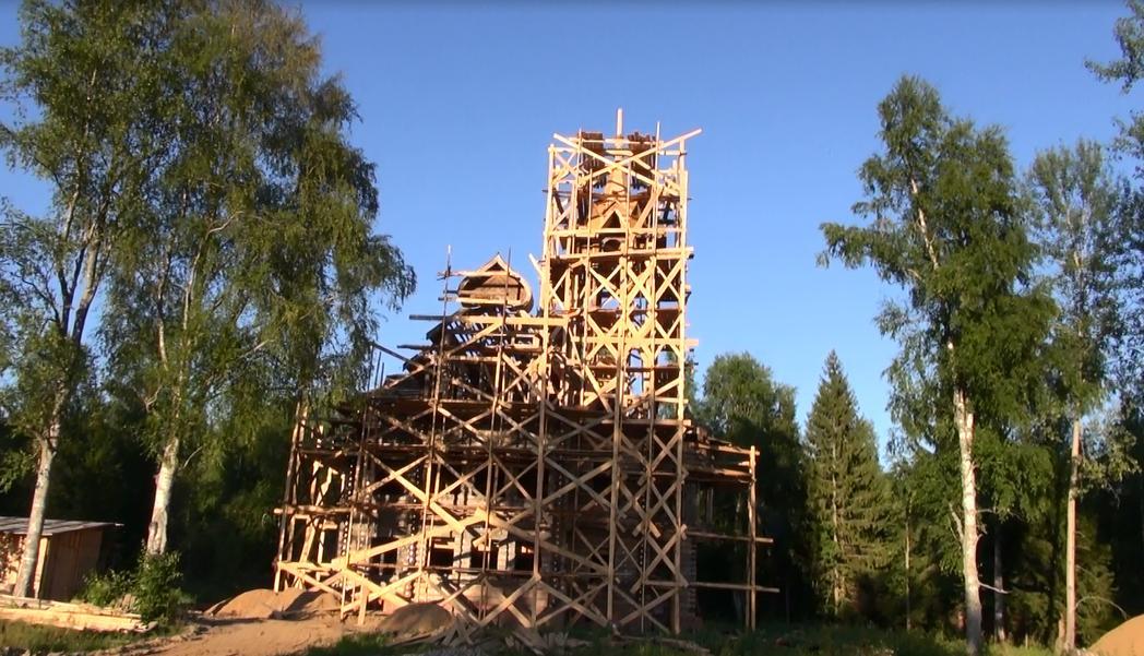 Продолжаются работы по востановлению дома Мартьяна Сазонова в д. Осташово. фото М.Шейко. 27 июля 2013 года.