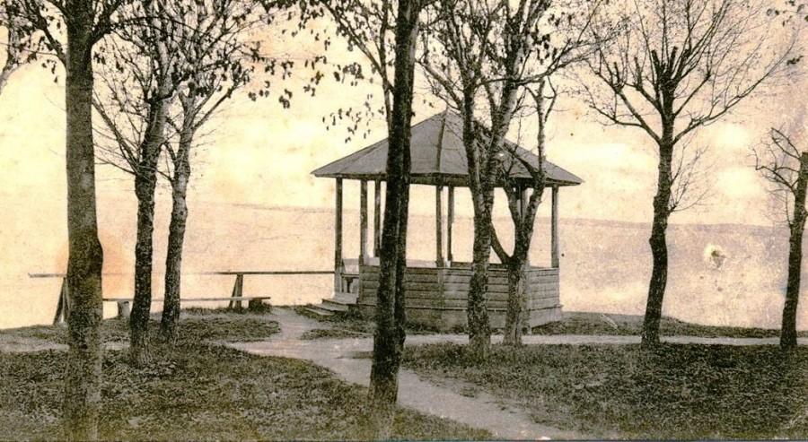 Старая беседка в городском старинном парке города Чухлома