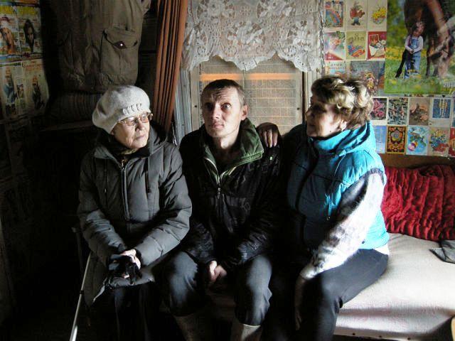 В родительском доме. на снимке: Е.Балашова, Валера, В.Клевич. фото С.В.Боркова
