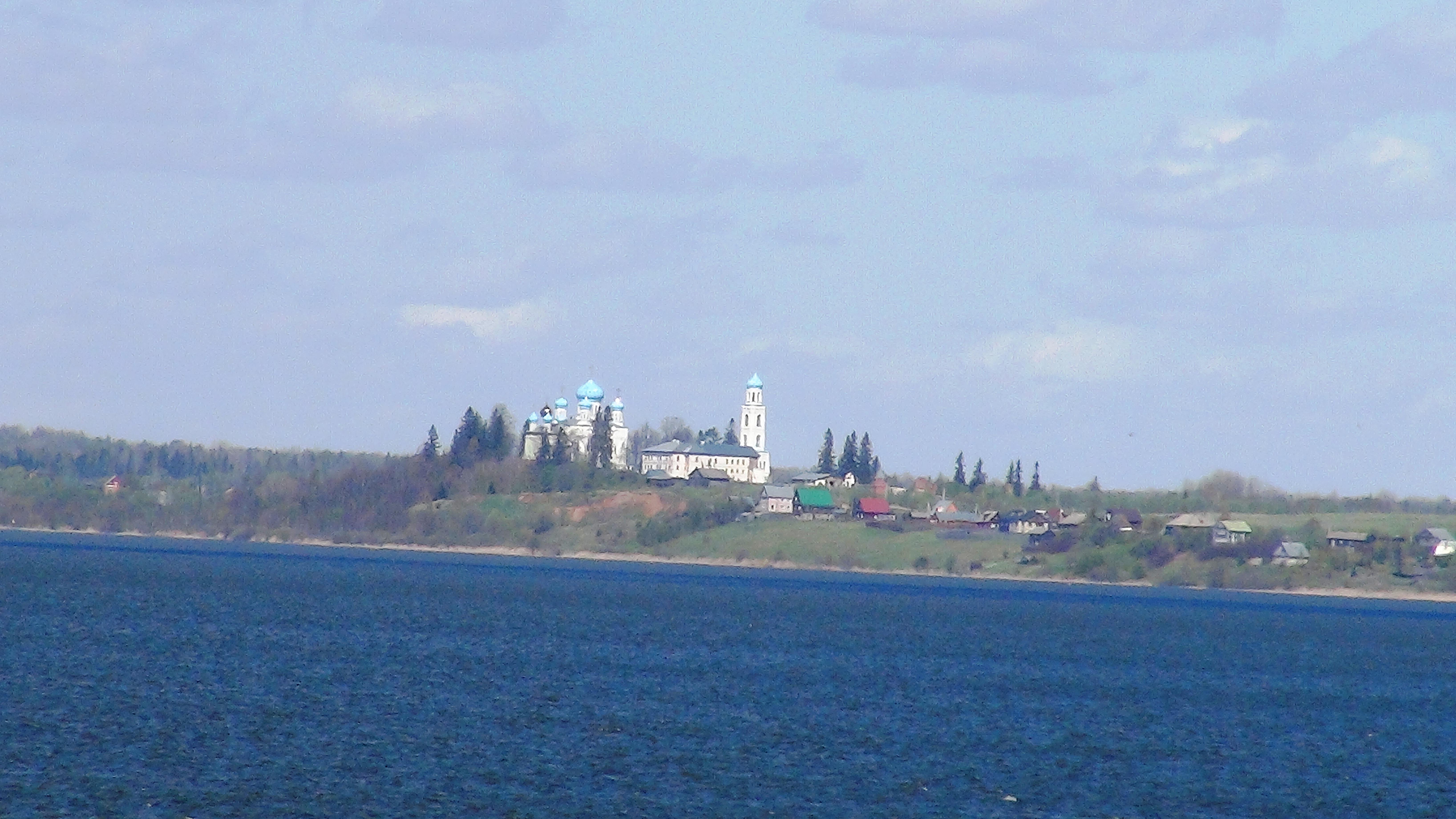 Авраамиев - Городецкий монастырь. Вид с озера. фото Михаила Шейко, 2014 год.
