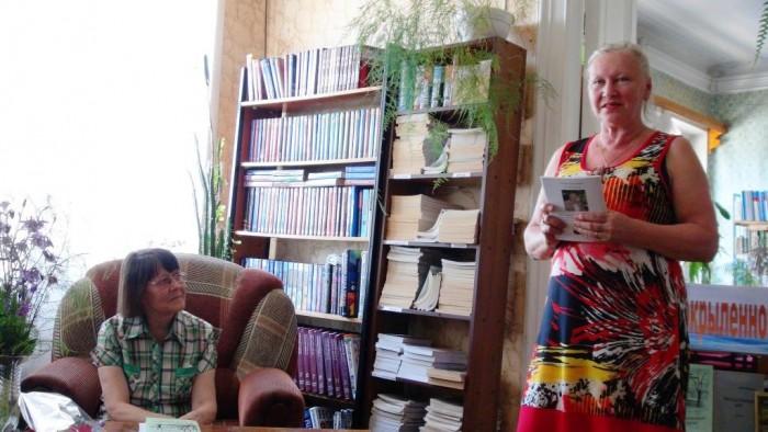 Два поэта: Елена Балашова и Татьяна Байкова. Творческий вечер Е.Л.Балашовой в районной библиотеке, 3 июня 2014 года. фото Михаила Шейко