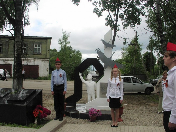 Торжественное открытие памятника детям войны в городе Чухлома. г 3 июля 2014 года.