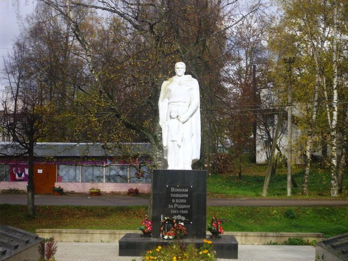 Памятник павшим землякам. фото Михаила Шейко, 2012 год.