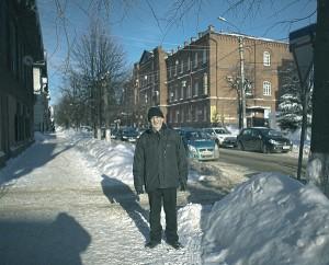 А.П. Дурилов на фоне здания пансион-приюта. Ленина, ул, д. 10