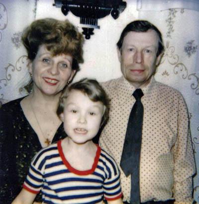 Н.П. и В. А. Родионовы с внучкой