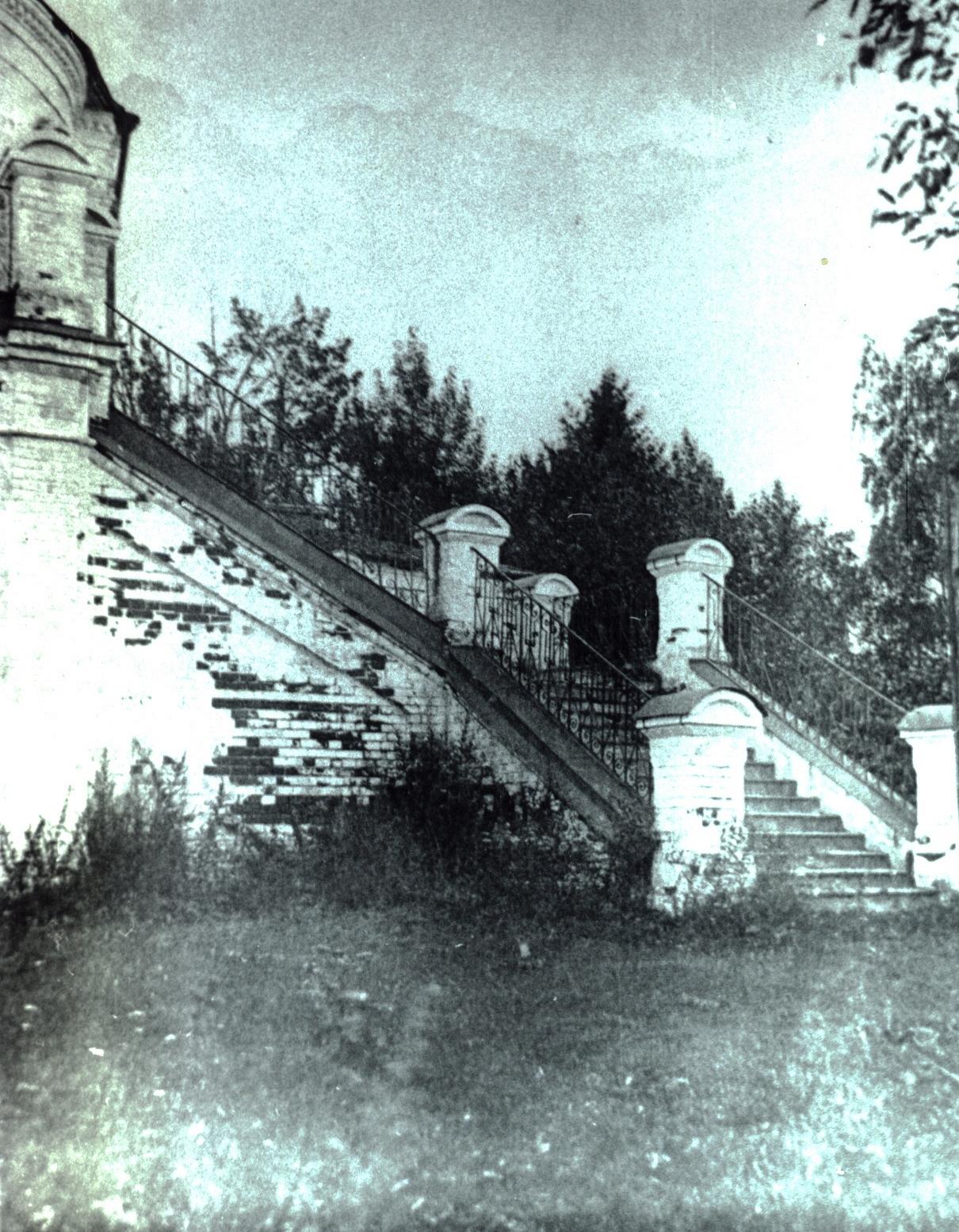 Крыльцо Соборо-Богородицкого храма с. Коровье