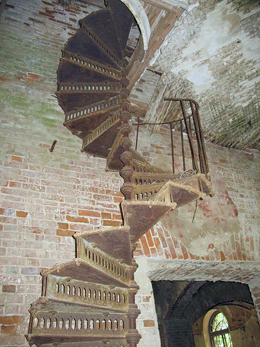 Троицкий храм села Рамешки. Винтовая лестница. фото 2005 года, предоставлено Лидией Родионовой.