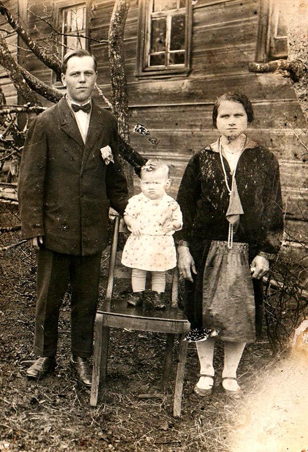 Лебедев Василий Иванович с женой Александрой Александровной и старшей дочерью Антониной. фото 1933 года из семейного архива Назаренковой Т.Н.