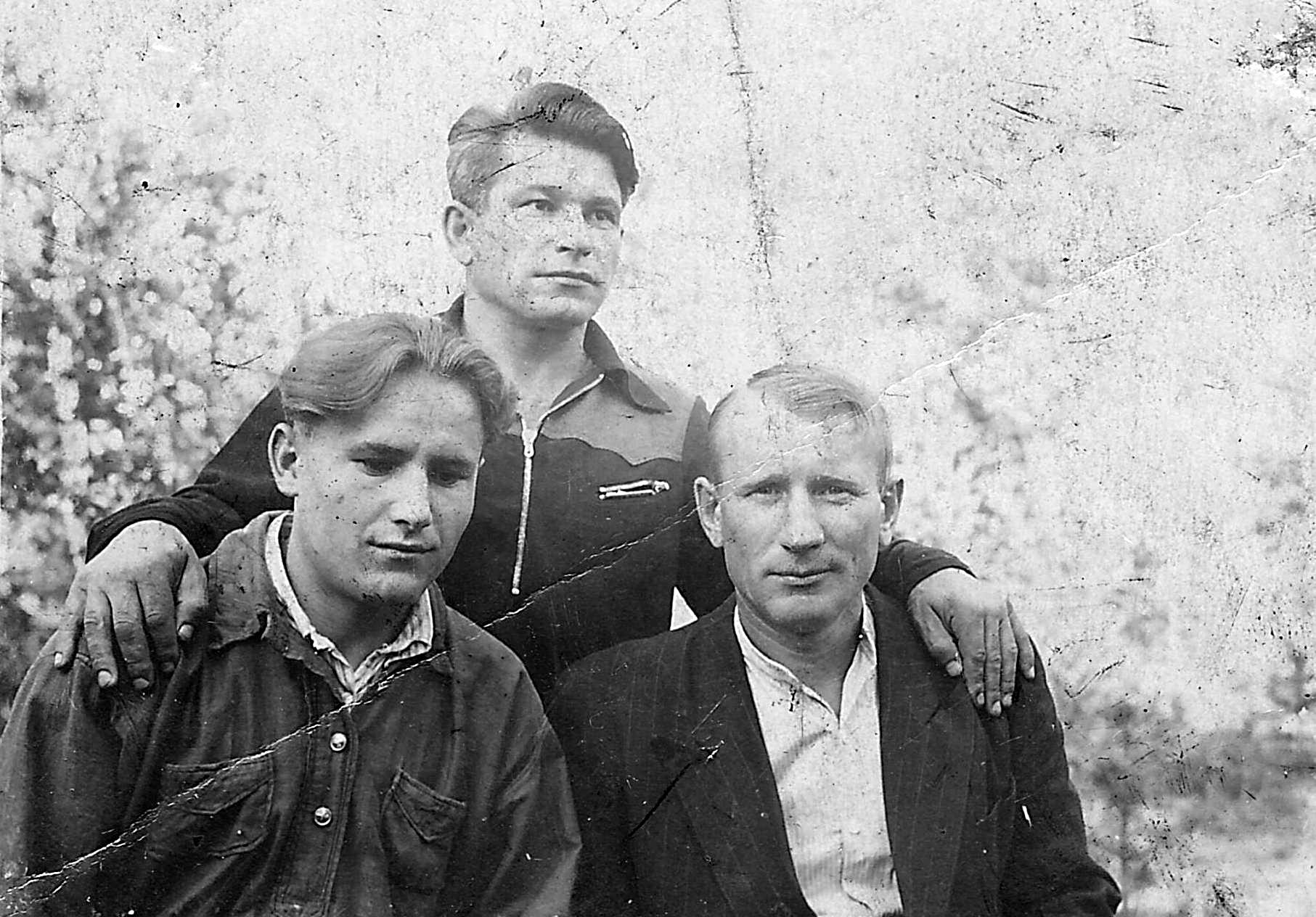 Добрецов Александр Федорович ( в центре) фото из семейного архива внука Добрецова А.Ю.