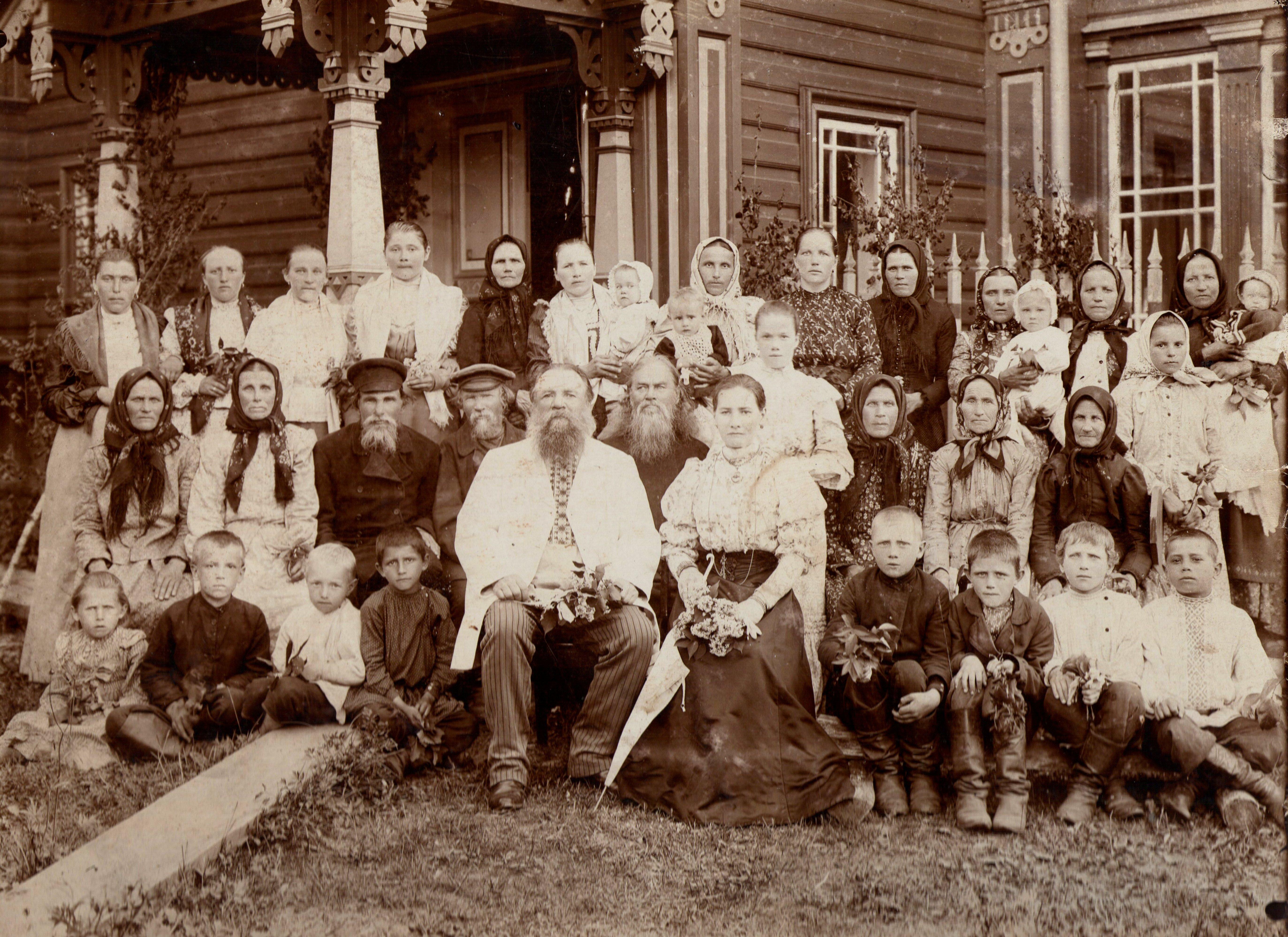 Мартьян Сазонов с супругой Елизаветой Алексеевной и жителями д. Асташово. фото 1908 года.