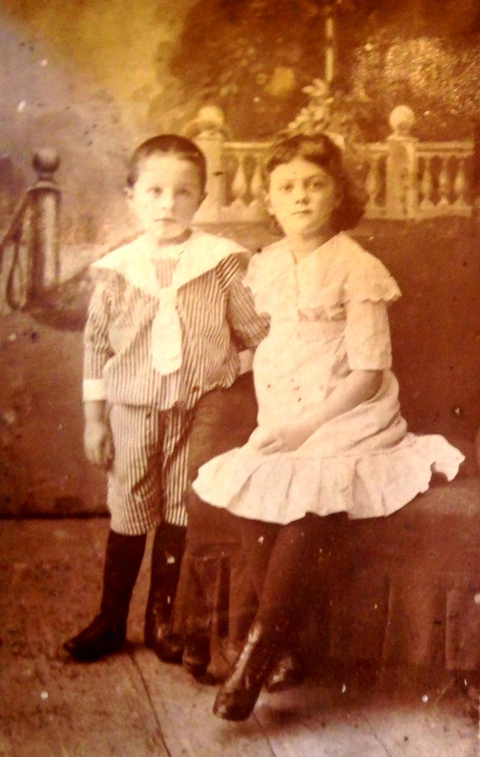 Юра Кадников - 5 лет, Таня Кадникова - 7 лет. г. Чухлома, 1917 год. Фото из семейного архива правнучки Е.Ю.Черкасовой.