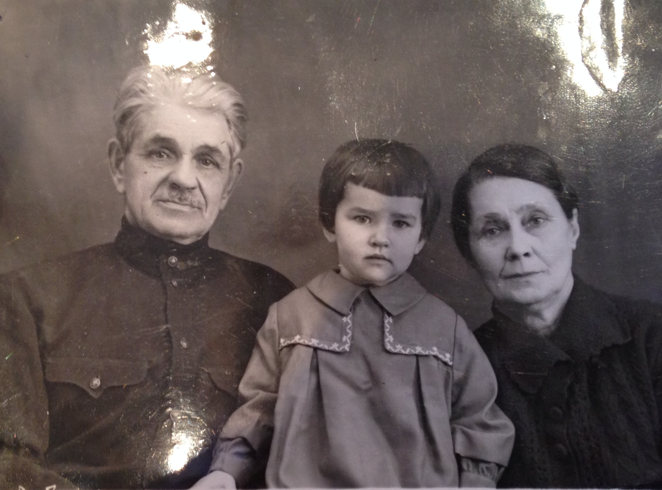 Макаров Василий Александрович, двоюродный брат А.Г.Кадникова по матери, с женой и внучкой. Фото из семейного архива правнучки Е.Ю.Черкасовой.