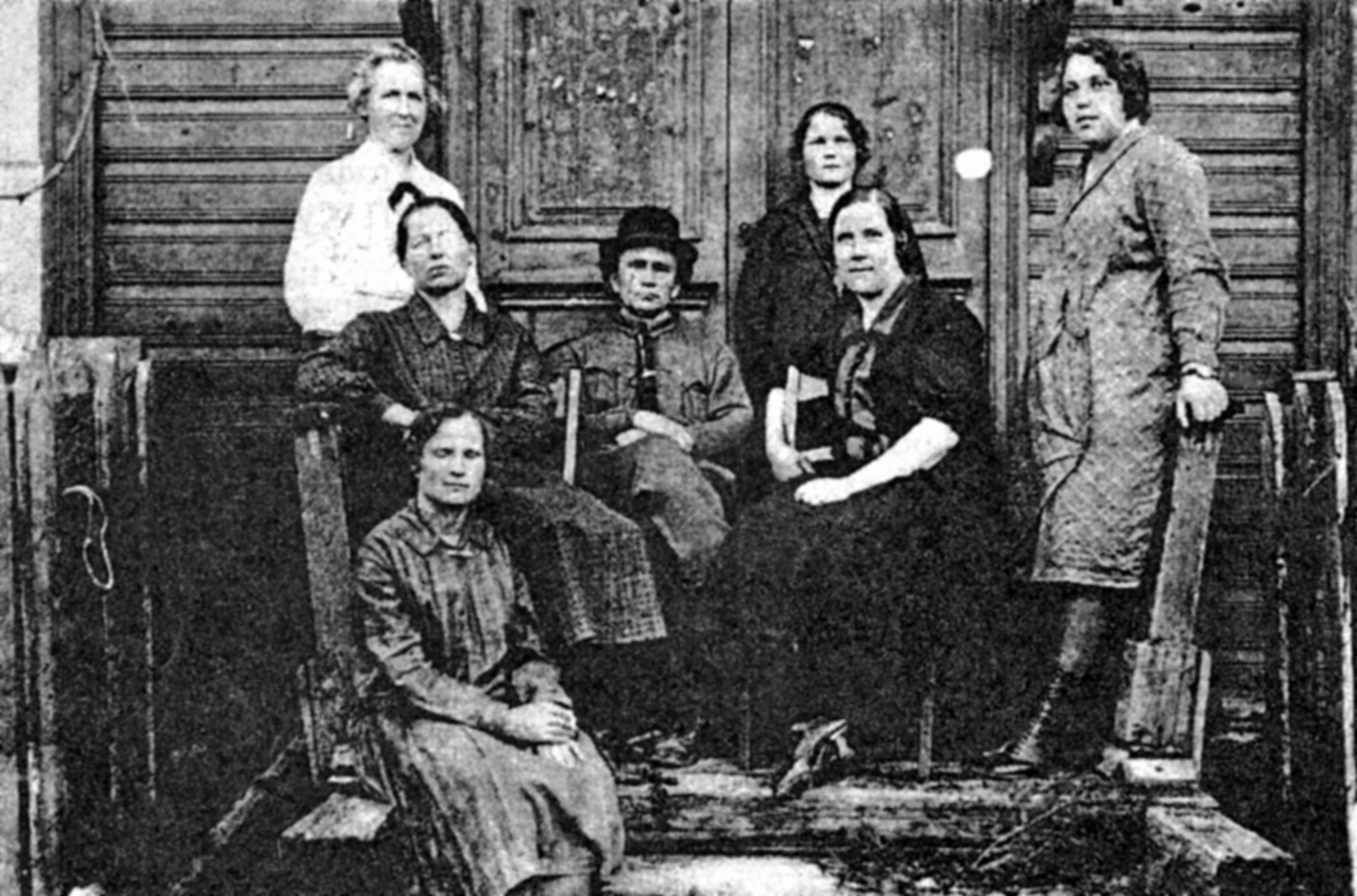 Александр Павлович Кадников (в центре) и коллектив Введенской больницы.