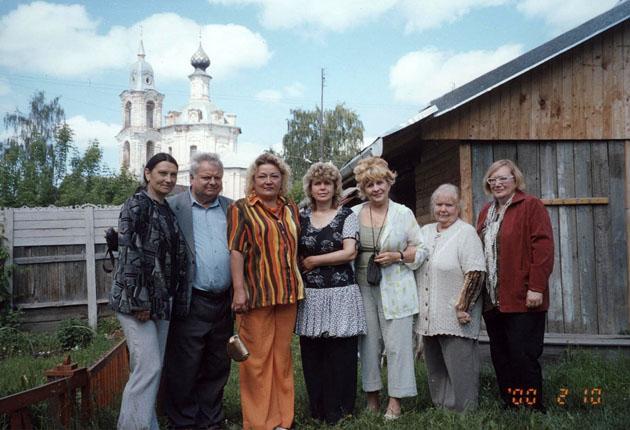 На фоне Варваринской церкви