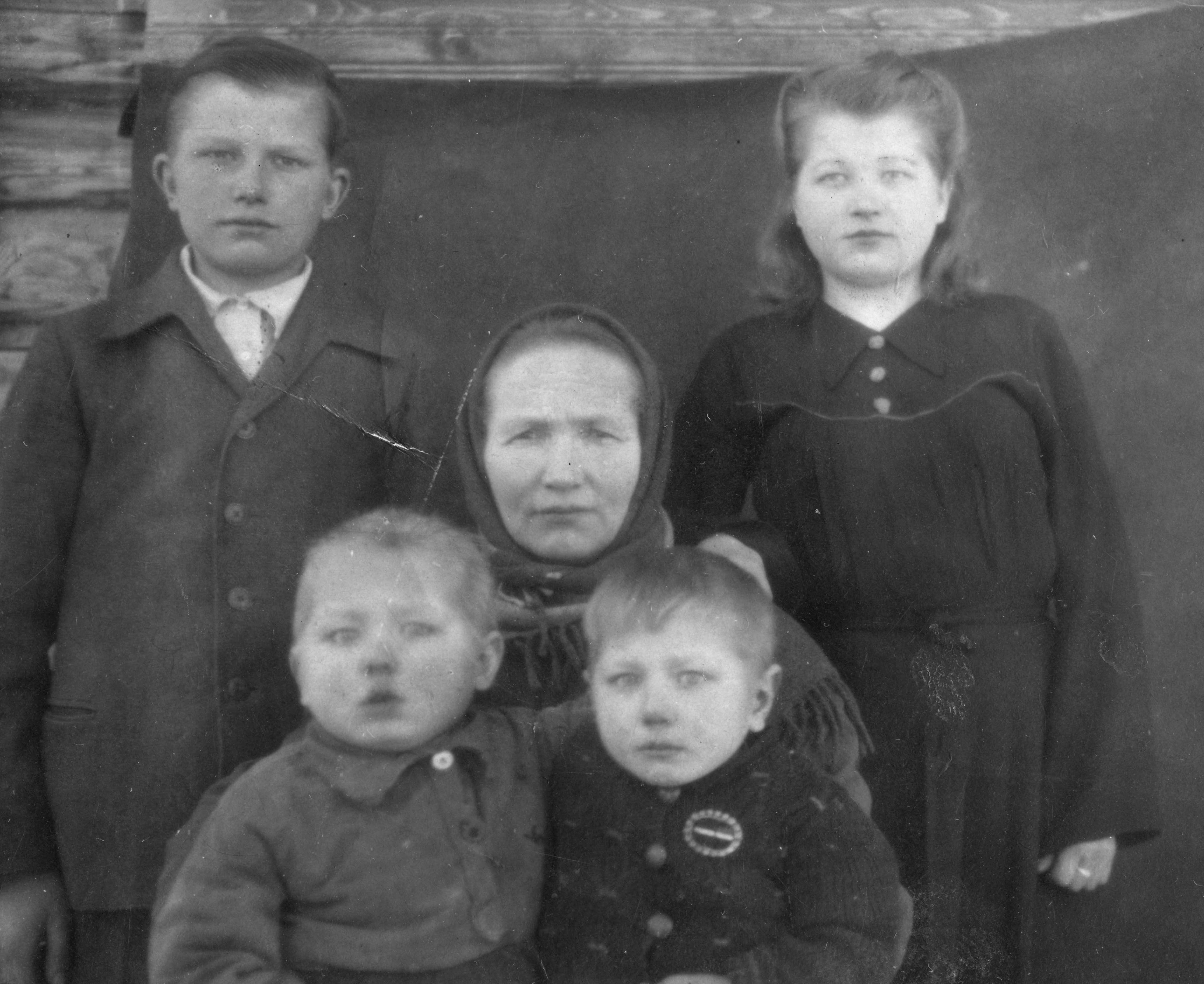 Евдокия Константиновна с детьми. фото 1946 года из семейного архива Травниковой В.В.