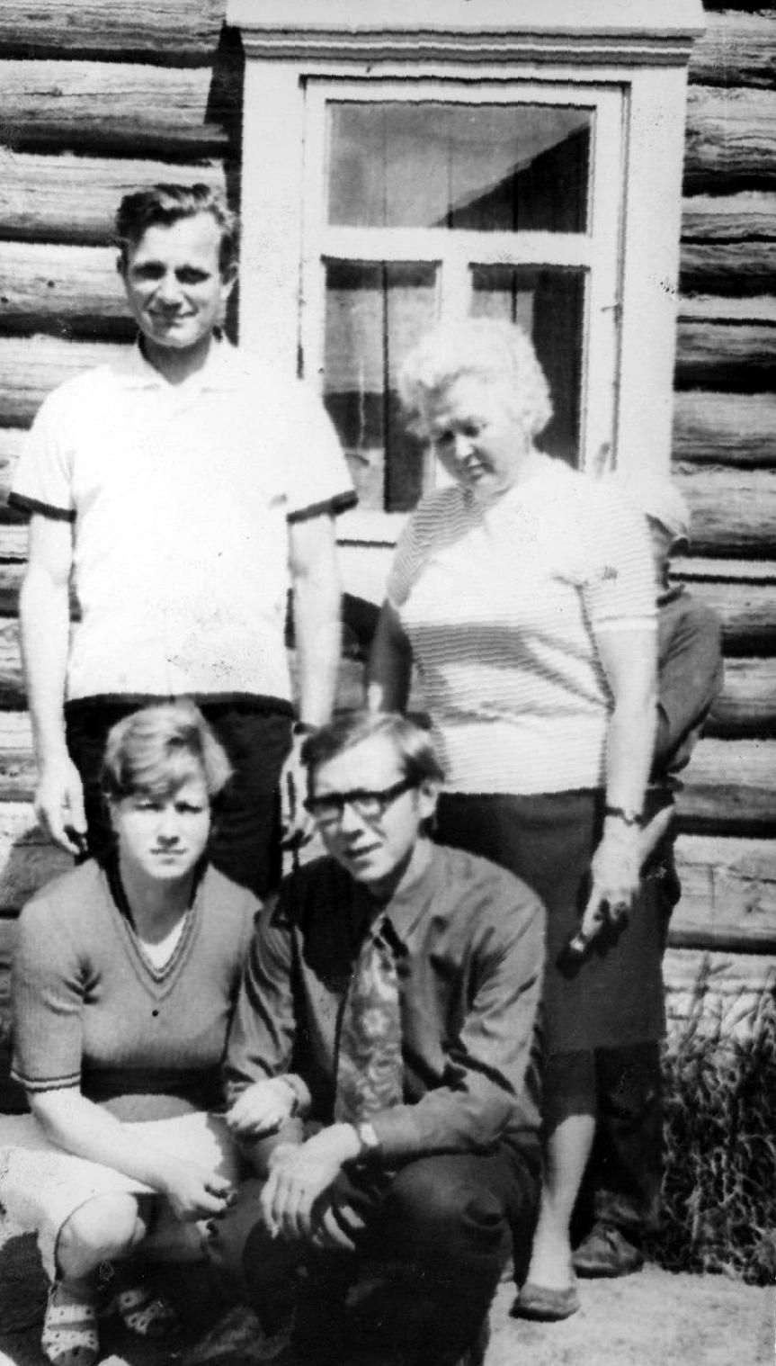 Анна, Петр и Коля с Лидой около дома, где они жили в оккупации . Фото 1970 года из семейного архива Травниковой В.В.