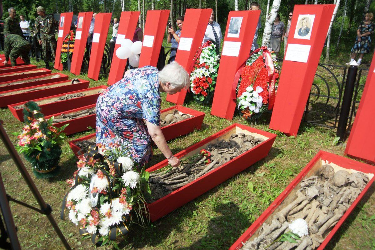 Назаренкова (Лебедева) Валентина Васильевна возлагает цветы к гробу отца, 21 июня 2016 года. фото Назаренковой Т.Н.