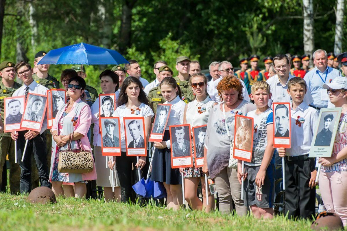 """Торжественная церемония перезахоронения на мемориале """"Барсуки"""", 21 июня 2016 года. фото пресс-службы администрации Калужской области."""